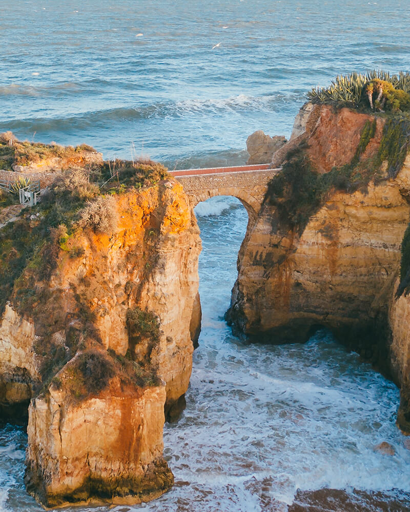 The bridge connecting two rocks at Praia Estudantes