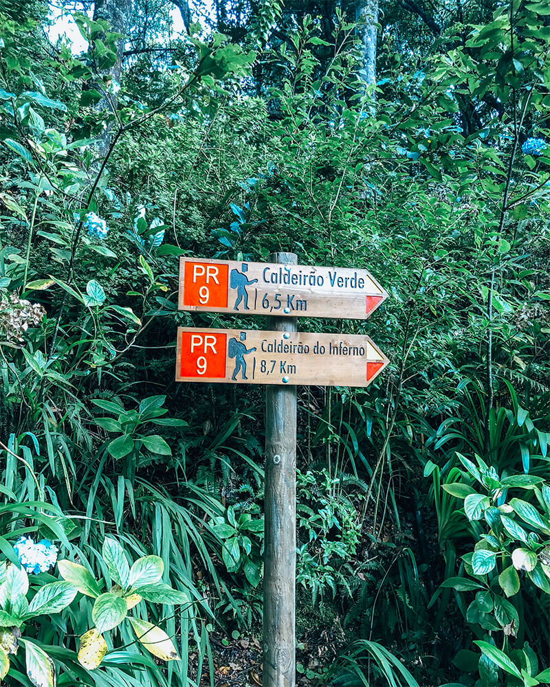 Sign post with two hiking options in Levada Caldeirao Verde Madeira
