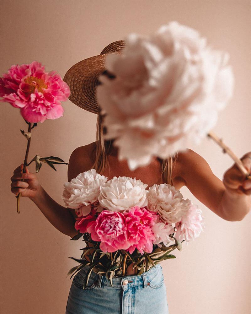 Solarpoweredblonde holding flowers - home photoshoot ideas