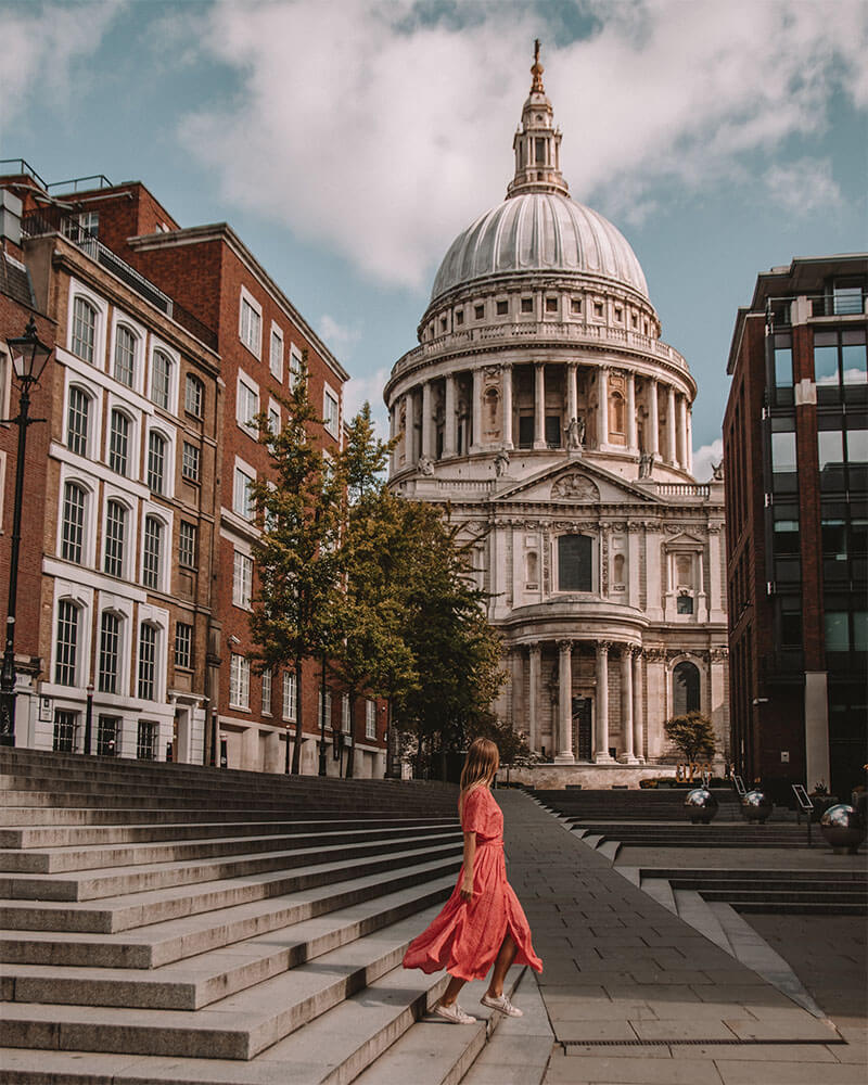 Solarpoweredblonde in front of St Pauls Cathedral in London